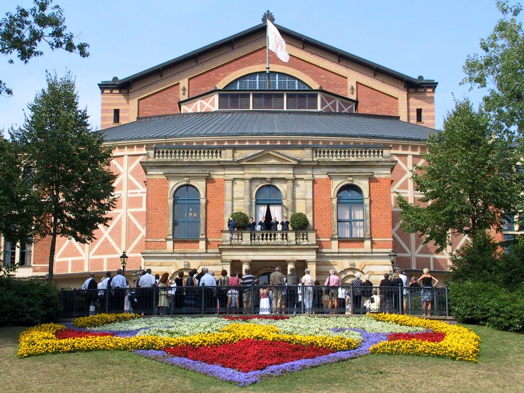 Bayreuther Festspielhaus mit Gästen